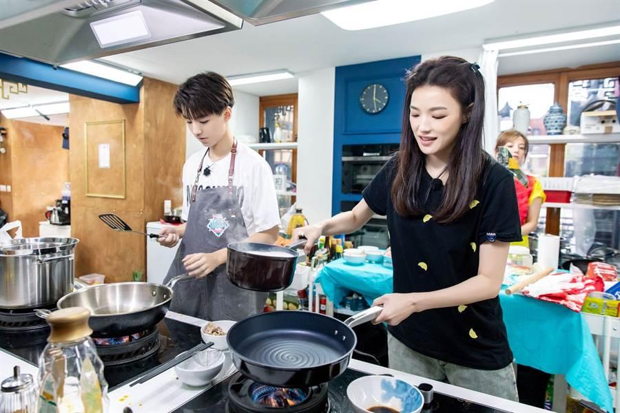 舒淇(右)與王俊凱的廚藝都不錯。(中天提供)