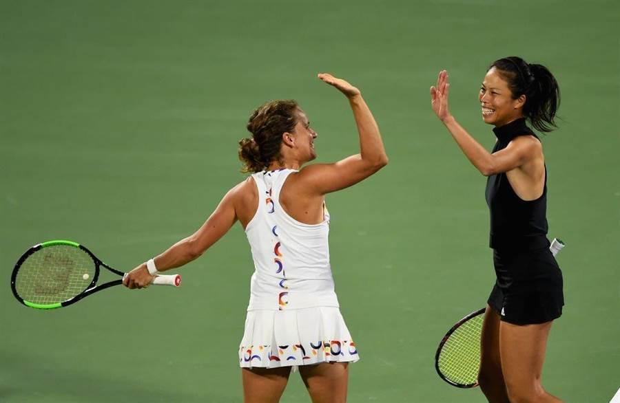 謝淑薇(右)與捷克搭檔史崔可娃攜手贏得馬德里皇冠賽女雙冠軍。(資料照/WTA推特翻攝)