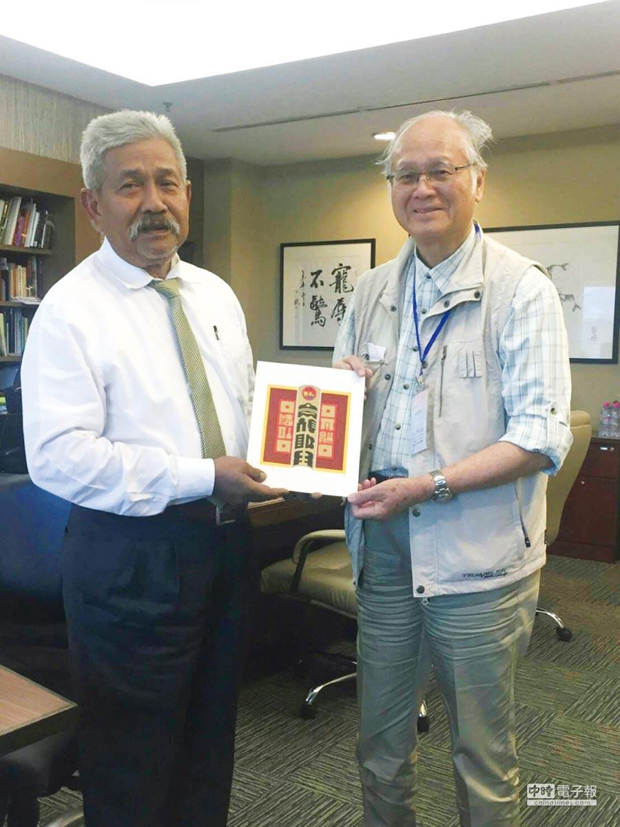 藝術家廖修平博士(右)20日受邀到馬來西亞展出,特將自己的作品贈送給馬來西亞國家美術館館長納吉(左)。圖/廖修平提供
