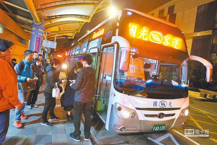 國道客運因成本增加,在元宵節過後陸續調整票價。圖為民眾搭國光客運返家。(杜宜諳攝)