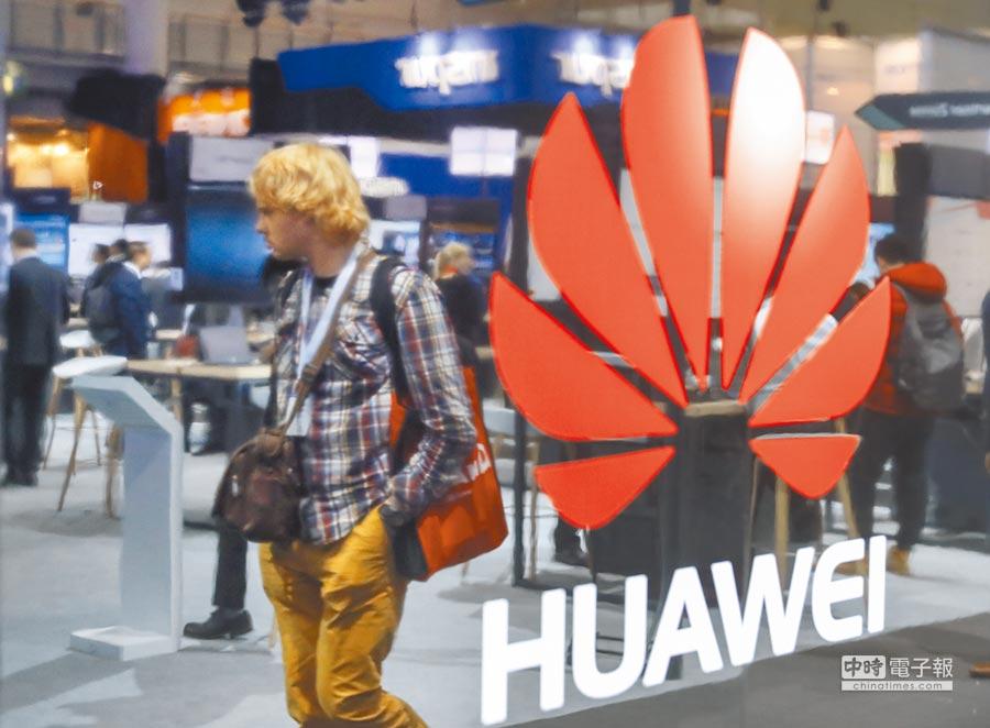 英國正式宣布,華為5G設備不存在安全風險。圖為2017年3月20日,在德國漢諾威舉行的消費電子展上,一名參觀者經過華為公司展區。(新華社)