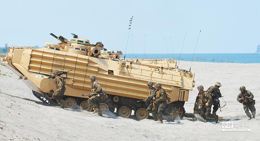 2015年4月21日,美菲在黃岩島附近島礁進行聯合軍演。(CFP)