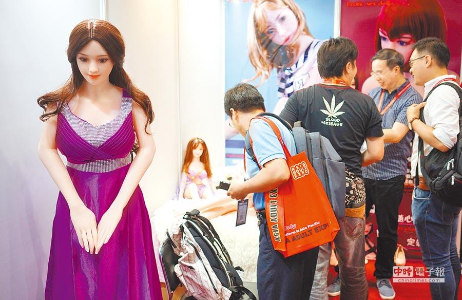 2018年8月28日,2018亞洲成人博覽會香港開幕,會發聲和鞠躬的實體娃娃吸引參觀者。(中新社)