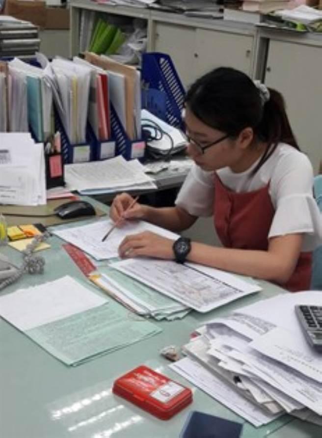 聯合大學華語文學系的陳亭羽去年在財政部北區國稅局新竹分局見習,她在工作中協助核對所得稅申報資料。(教育部提供)
