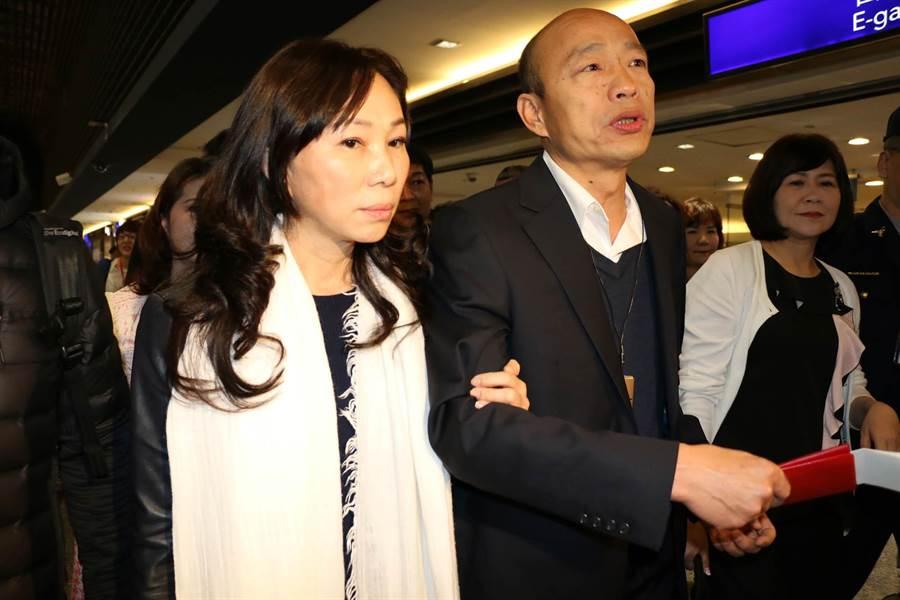 高雄巿長韓國瑜24日一早從桃園機場啟程,這是他上任後首次海外出訪,夫人李佳芬自費同行。(高巿府新聞局提供)