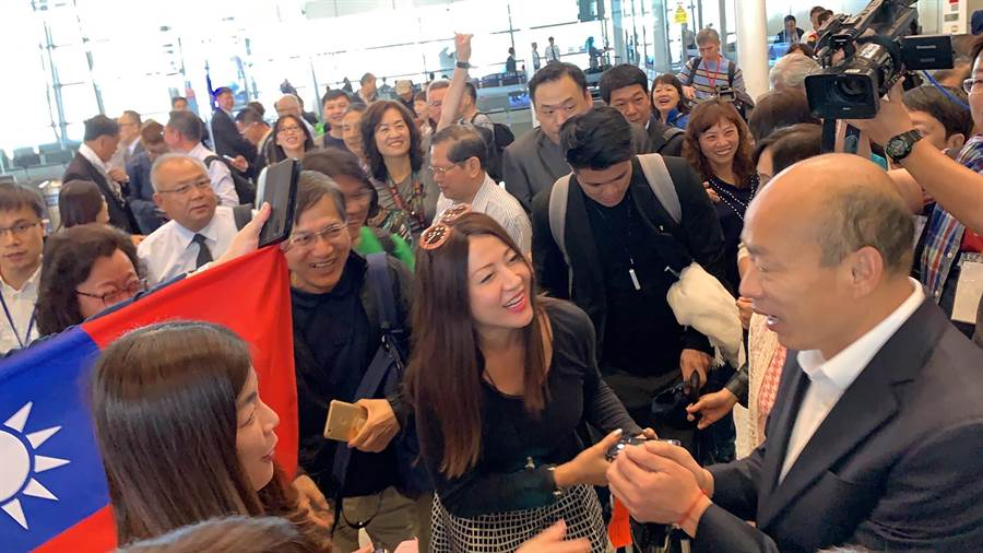 韓流襲捲馬來西亞,僑胞舉國旗熱情迎接。(柯宗緯攝)