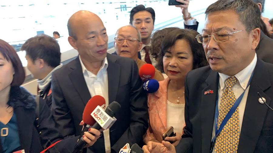 高市長韓國瑜(左)抵達馬國,馬來西亞台灣商會聯合總會總會長林永昌(右)也親自接待。(柯宗緯攝)