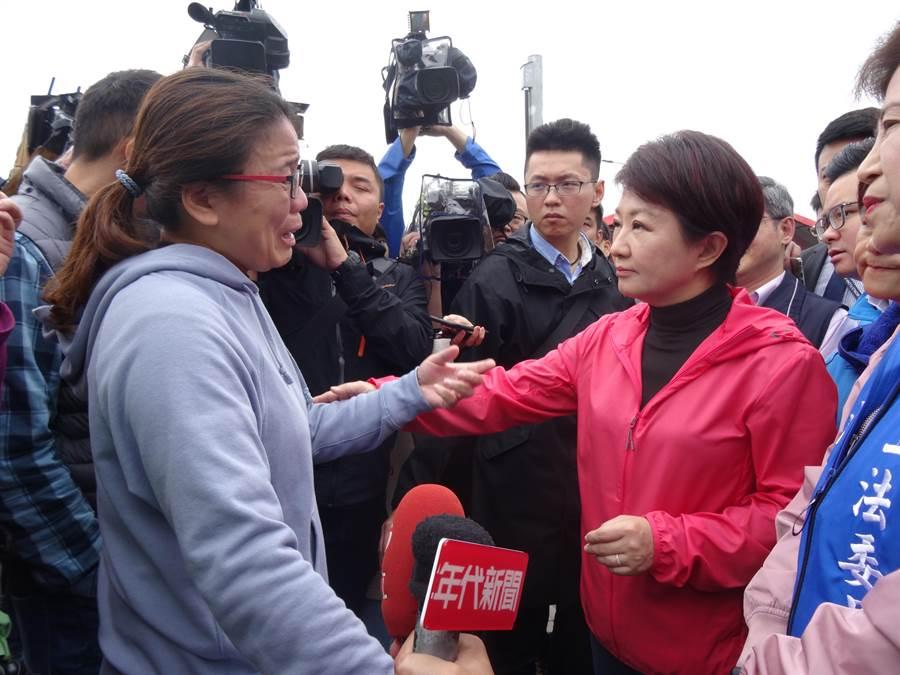 台中市長盧秀燕接受民眾陳情,允諾已當場和蘇貞昌要求路線確定後再進行徵收作業。(馮惠宜攝)