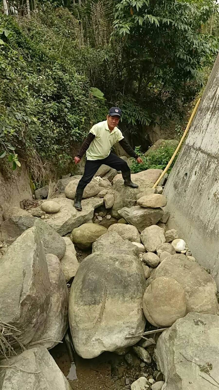 古坑鄉山區受旱災衝擊嚴重,華南村民往山下溪邊找水,每次抽一小時停機一小時。(劉清極提供)