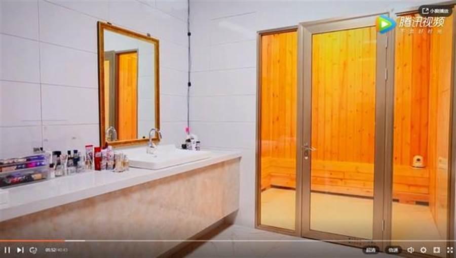 張嘉倪家中的浴室,除了洗手台空間寬敞,竟然還有烤箱蒸氣室。(圖/翻攝自微博)