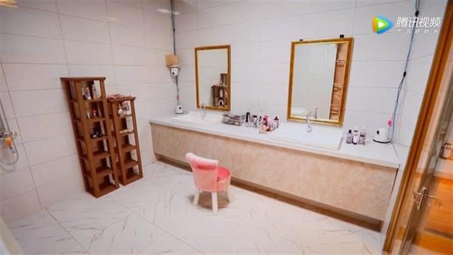 浴室比一般小套房還大。(圖/翻攝自微博)