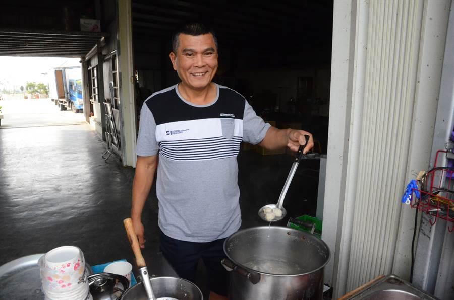 「魚丸伯」張文山賣的魚丸湯遠近馳名。(林瑞益攝)