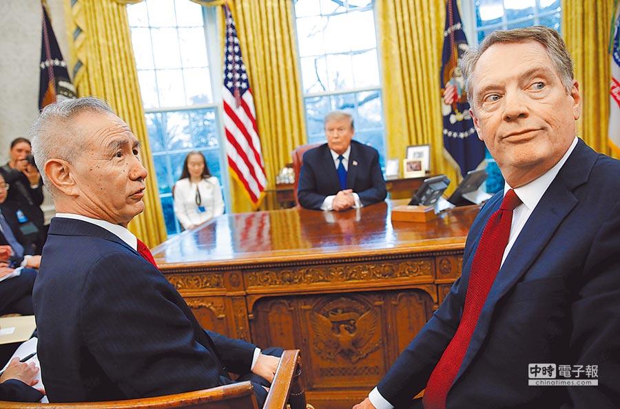 川普(中)22日會見劉鶴(左)等中方貿易談判代表,直言不喜歡「諒解備忘錄」,與美方代表萊海澤(右)一度爭辯。圖/路透