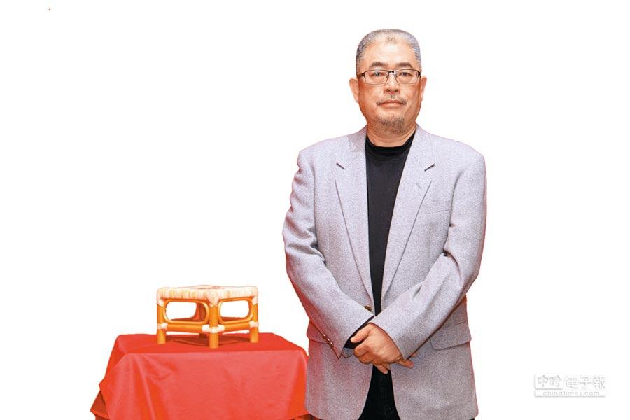 陳建北《助產序曲》挖掘出「生子椅」不只是嫁妝,而是早期真實使用於生產的工具。(台北當代藝術館提供)