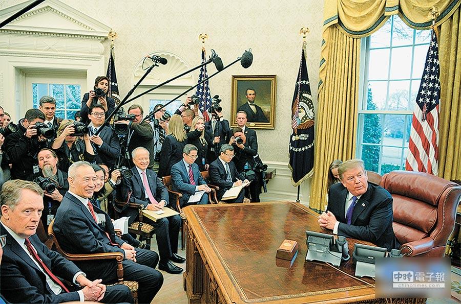 2月22日,美國總統川普(右)在白宮橢圓形辦公室會見正在美國進行第七輪中美經貿高級別磋商的習近平主席特使、大陸國務院副總理劉鶴(前排左1)等一行人。(新華網)