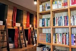 睡在二手書店當文青、窄門咖啡品異國、貓咪高地拍彩繪