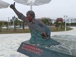 大陳遺族不滿蔣銅像遭破壞 噴漆黃昭堂雕像