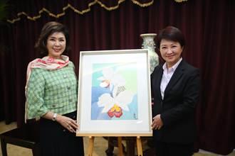 白嘉莉台中代言贈畫 盧秀燕愛心義賣做公益