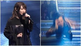 女歌手深情演唱!舞者巴臉抽搐網友:中邪了