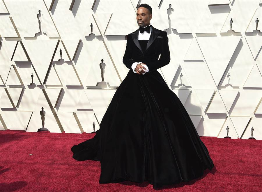 同志男星比利波特穿Christian Siriano設計的跨性別的黑色大篷裙禮服走奧斯卡紅毯。(美聯社)