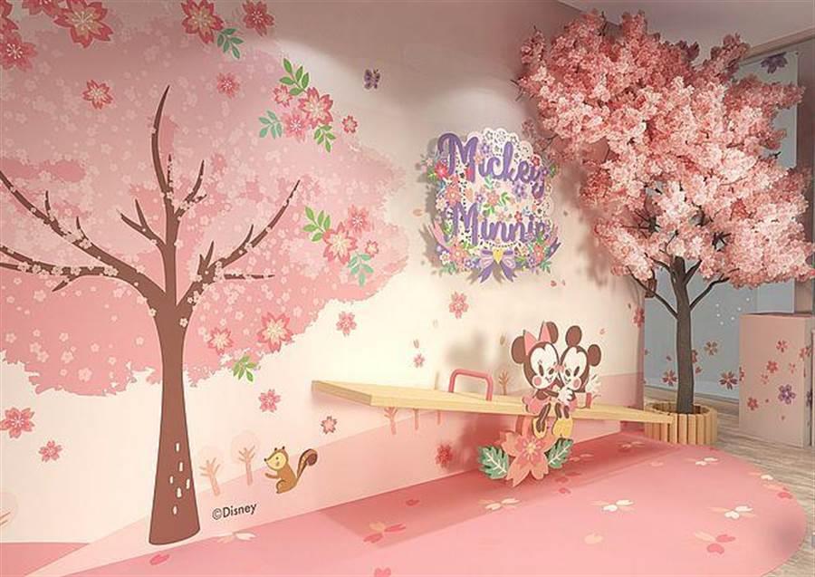 米奇米妮櫻花樹蹺蹺板拍照區。(台灣華特迪士尼提供)