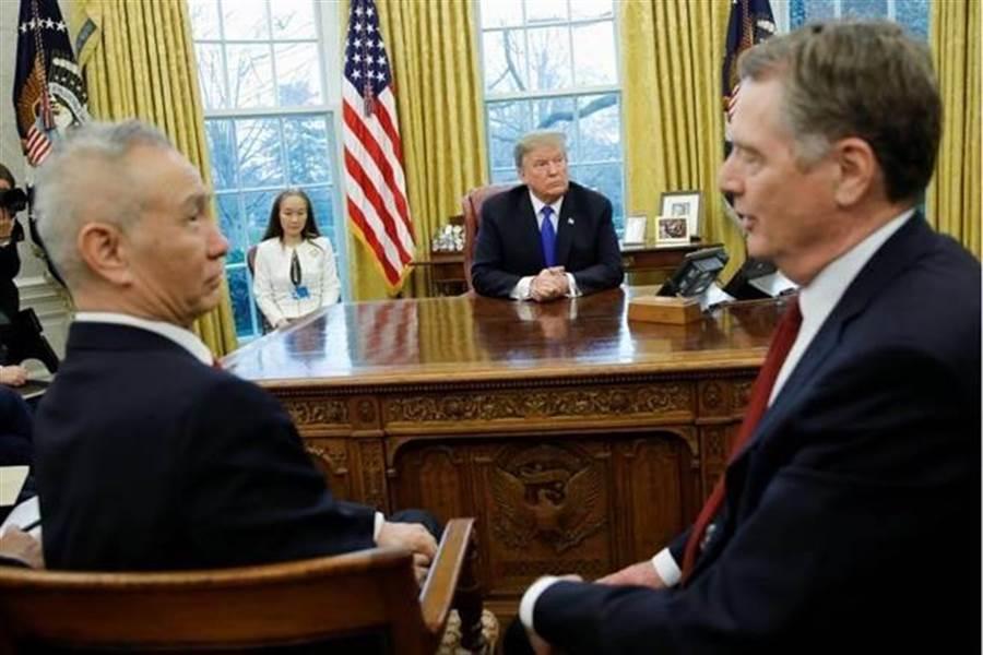 美國總統川普在白宮辦公室會見大陸副總理劉鶴(前左)。(路透)