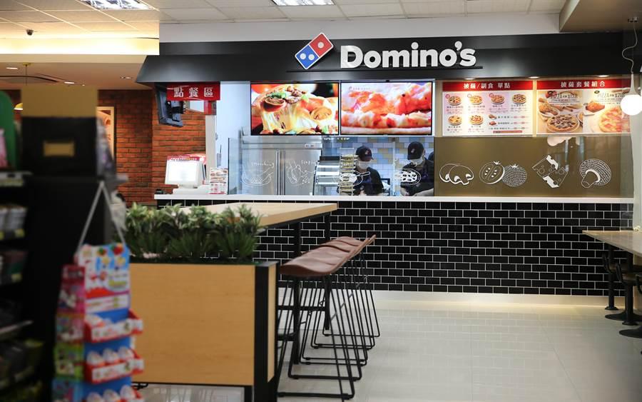 達美樂披薩 攜手統一超商 拍攝全球第一家店中店。(圖/達美樂)