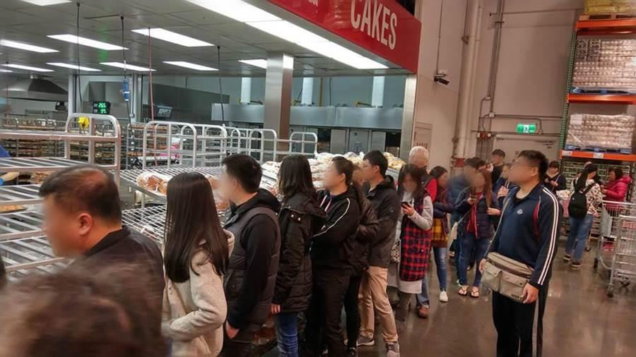 大家在排什麼?好市多新商品 他排隊35分鐘才買到芋頭酥。(翻攝自Costco好市多 商品經驗老實說)