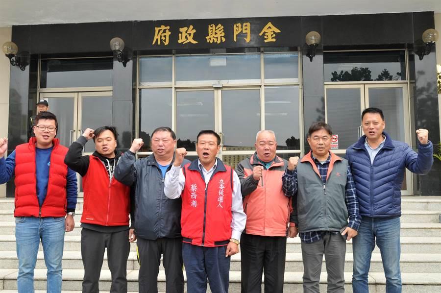 3號蔡西湖和支持者喊出「三星高照、順利當選」。(李金生攝)