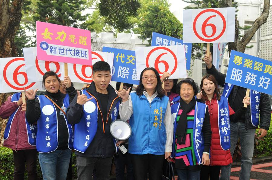 6號陳玉珍開心表示「六年級接棒、票投陳玉珍」。(李金生攝)