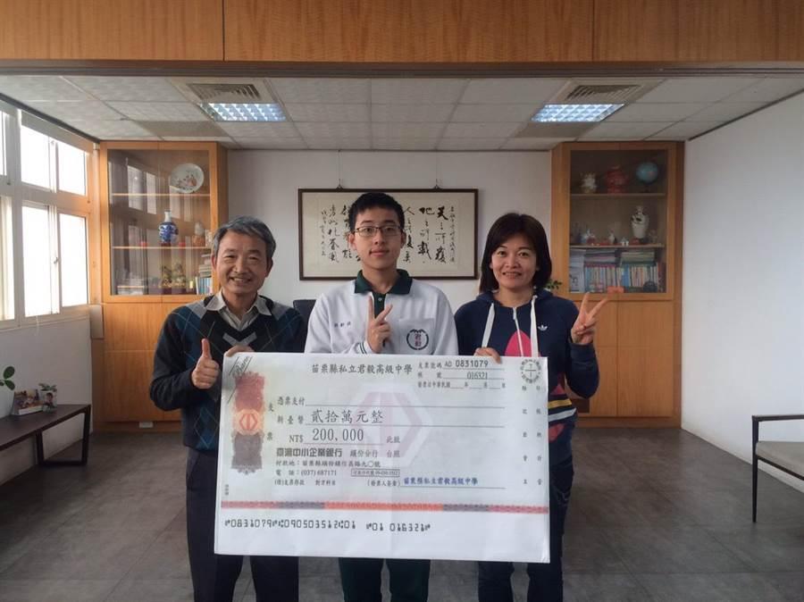 私立君毅中學高中部學生胡軒瑞考出全校最高級分55級分,學校頒發最高紀錄20萬升學獎學金。(巫靜婷攝)