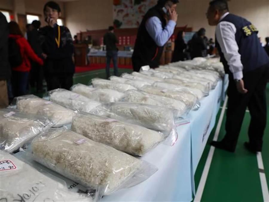 海巡署25日宣布破獲全國最大新興毒品案,緝獲大批各類毒品,市值超過10億元,圖為擺滿長長一桌的「愷他命」。(季志翔攝)