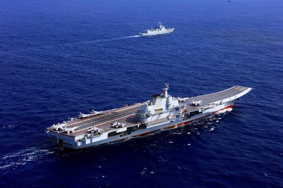 「遼寧」艦2018年4月返回青島航母軍港的資料照。(中新社)