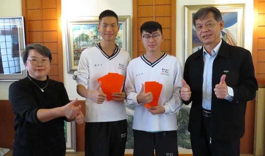 員林高中謝禾予(左二)、利彥承(右二)有機會上台大,但兩人都認為「選系比選校更重要」。(鐘武達攝)