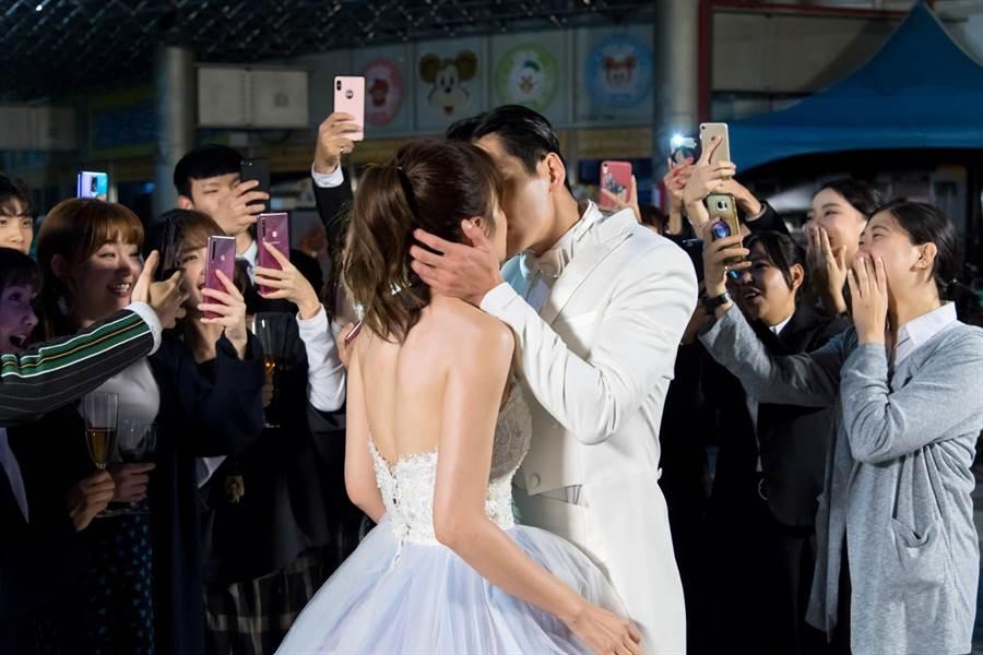 禾浩辰、安心亞上演「冠軍之吻」。(台視)