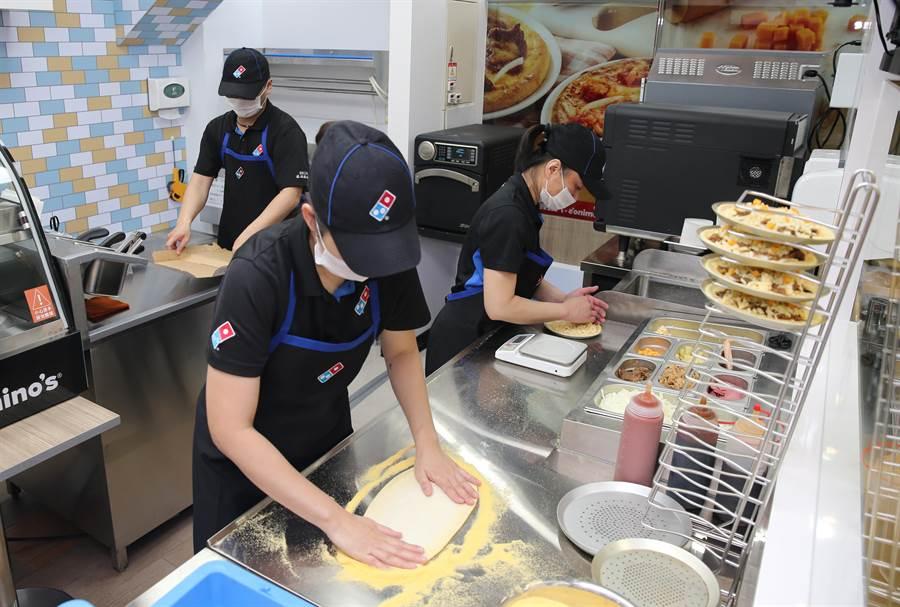 複合店每天會配置3名達美樂員工進行製作,約3分鐘就可完成現烤披薩。(達美樂提供)