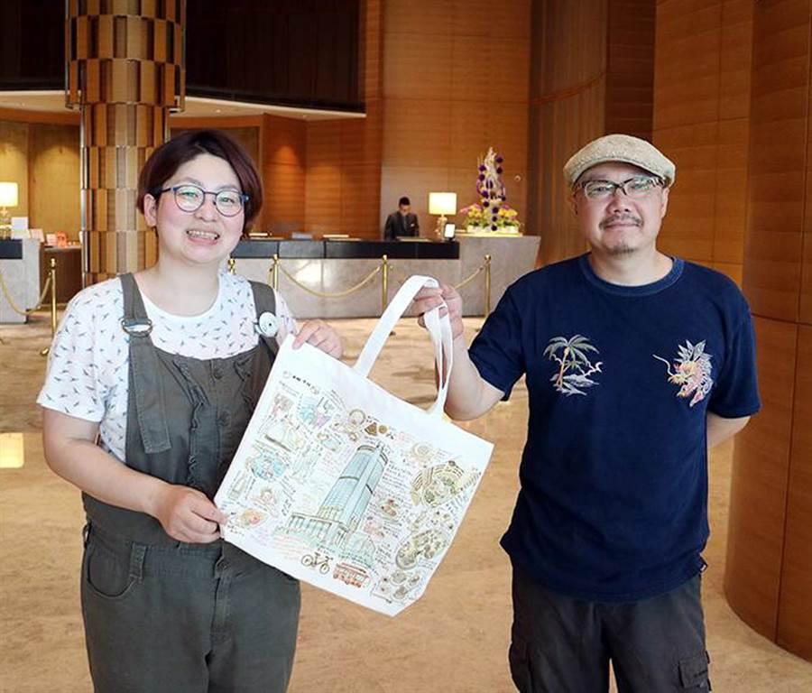香格里拉台南遠東大飯店送日本插畫家山崎兄妹的手繪插畫紀念帆布袋。圖/業者提供