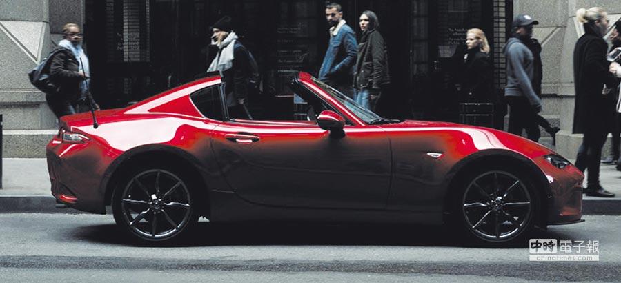 2019正年式MAZDA MX-5首次搭配手排車型,以滿足追求操控樂趣的消費者,回歸最純粹的駕馭享受。圖/台灣馬自達提供
