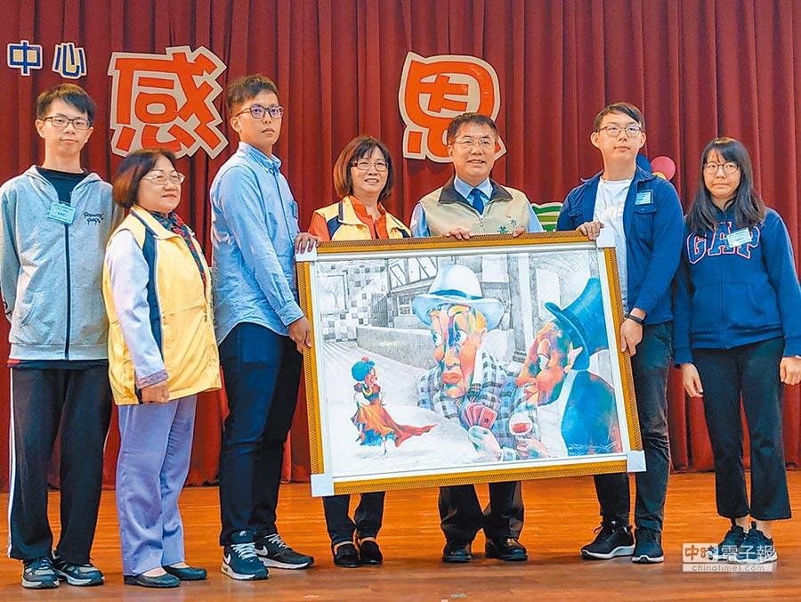台南市長偉哲(右三)擔任立委期間,曾在家扶義賣中以3萬元買下家扶青年畫作,但卻忘了取件,24日北台南家扶舉活動,將畫作送到偉哲手上,感謝他當初的助。(莊曜聰攝)