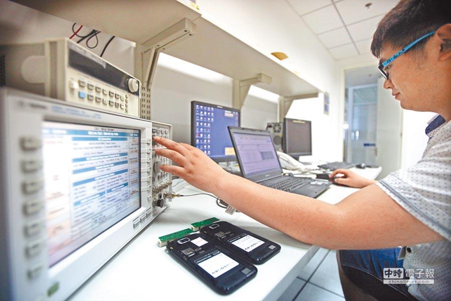 展訊通信天津工作人員對28奈米智慧手機晶片進行檢測。(新華社資料照片)