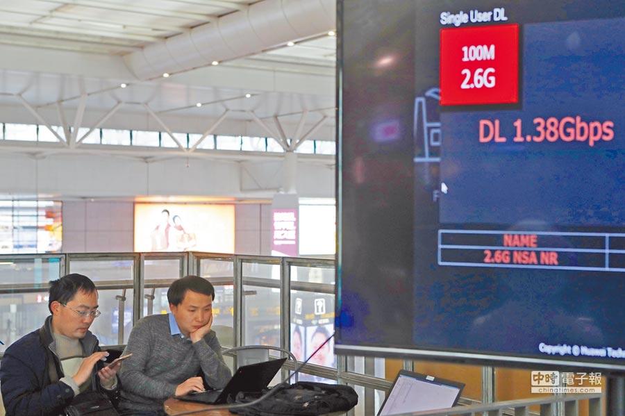 2月18日,旅客在虹橋火車站5G體驗區高速上網。(中新社)