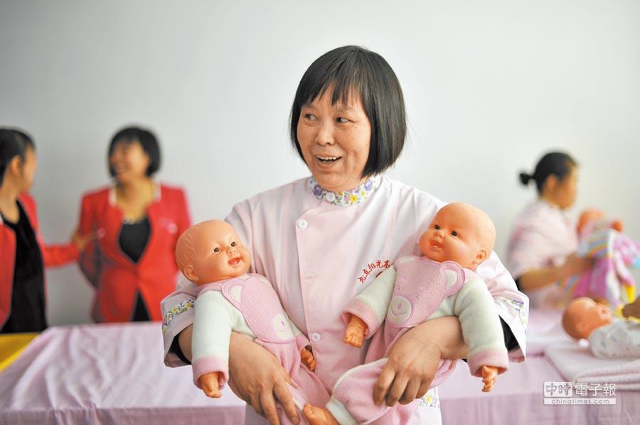 月嫂市場升溫,金牌月嫂在深圳要26000多元人民幣。(中新社資料照片)