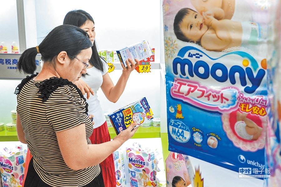 母嬰產品因二孩經濟發燒。圖為廣州一家跨境商品直購體驗中心奶粉、母嬰用品區,吸引眾多顧客選購。(中新社資料照片)