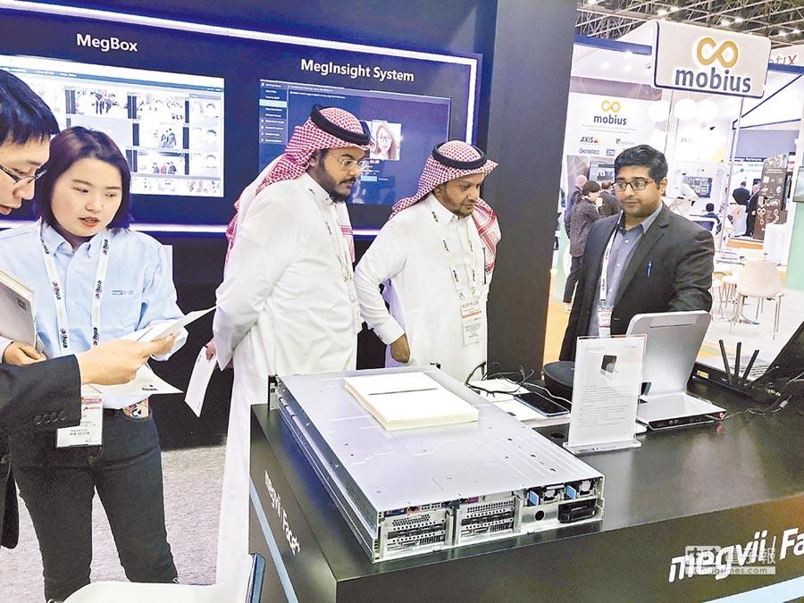 在阿拉伯聯合大公國杜拜舉行的國際安防展覽會上,人像識別一體機受到關注。