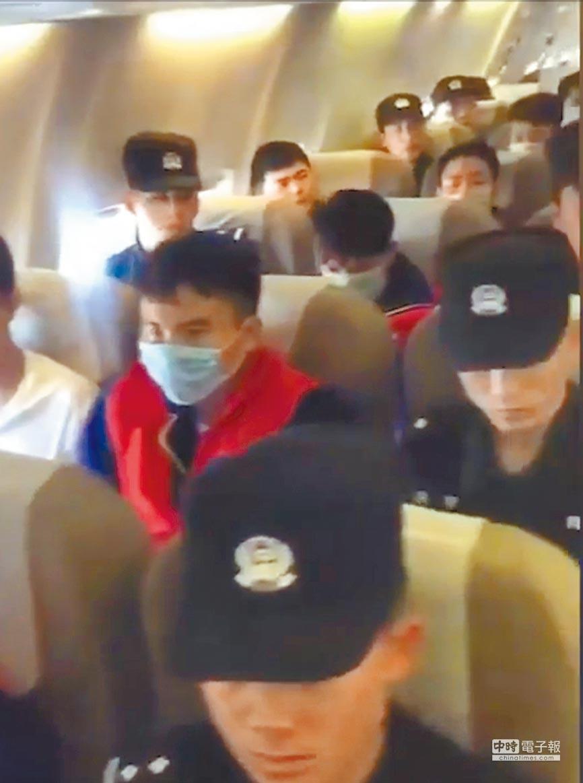 2月21日,浙江溫州警方包機將42名詐騙犯從海南帶回。(取自秒拍截圖)