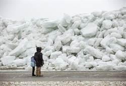 影》悚!冰海嘯席捲美 超大冰山直衝住家