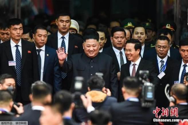 當地時間2月26日早晨,北韓最高領導人金正恩乘坐的列車抵達越南邊境火車站,金正恩向迎接民眾揮手致意。(翻攝自中新社)