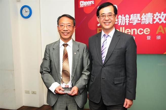 擔任頒獎嘉賓的教育部前政務次長、台北科技大學電機工程學系教授姚立德(右),特勉勵「投資教育」是投資未來的最佳方式,才能為國家建設更美好未來!(靜宜大學提供)