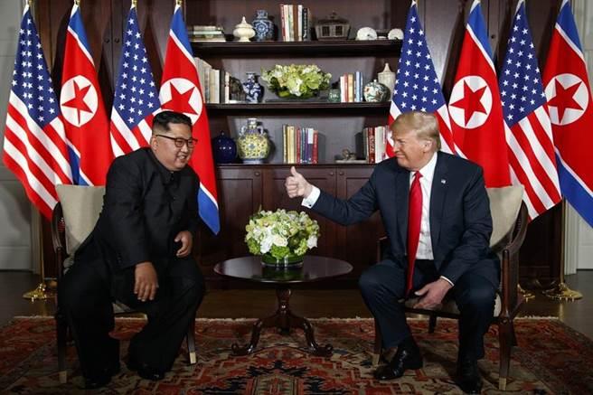 川金二會27日將登場,美朝雙方正加緊草擬「河內共同宣言文」,圖為去年6月美國總統川普與北韓最高領導人金正恩會面的資料照。(圖/美聯社)