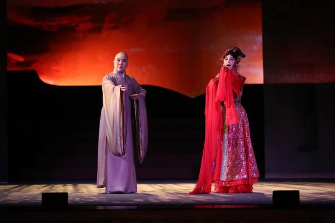 國家文藝獎得主唐美雲(左)為戲落髮,她在新編歌仔戲《千年渡‧白蛇》中飾演一名高僧,投胎成為法海,要渡化一名曾與他有過一絲情愫的風塵女子。(唐美雲歌仔戲團提供)